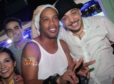 Ronaldinho Gaúcho joga dinheiro para fã cadeirante durante micareta; assista: