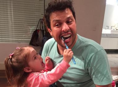 Ceará ensina filha de 2 anos a imitar Silvio Santos e vídeo viraliza; assista