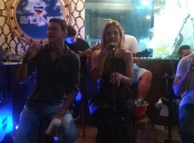 Ivete Sangalo curte noite em Salvador e dá canja em bar do Rio Vermelho; veja vídeo
