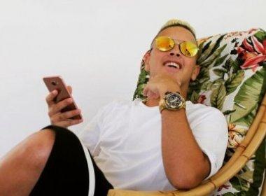 Cantor de 'Deu Onda' ostenta sucesso: 'Comprei 2 apartamentos e vou botar dente de ouro'