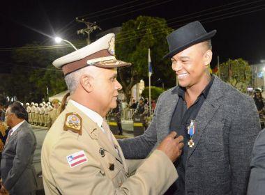 Léo Santana é homenageado pela Polícia Militar da Bahia com medalha de mérito
