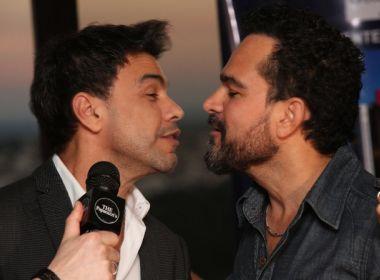 Zezé Di Camargo e Luciano dão selinho durante entrevista: 'Sinônimo de respeito'