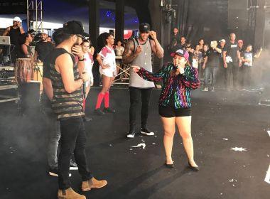 Maiara se joga no chão para dançar 'Santinha' em show de Léo Santana e Henrique e Juliano