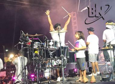 Filho de Ivete Sangalo pede licença aos músicos e toca bateria no palco do Salvador Fest
