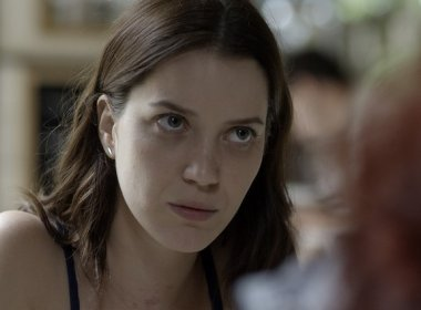 Nos próximos capítulos de 'Rock Story', Júlia se entregará à polícia