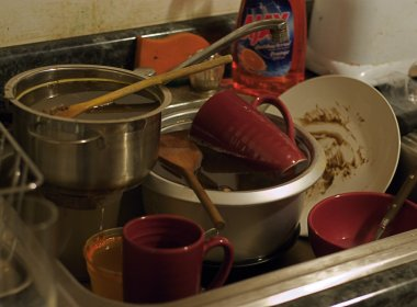 Homem processa esposa por bagunça em casa e por não fazer comida