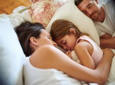 Como lidar com crianças que precisam de um adulto ao lado para dormir