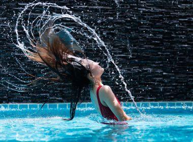 Como proteger os cabelos do cloro da piscina