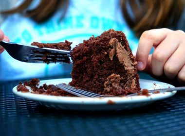 Pesquisas comprovam que as emoções influenciam no quanto você come