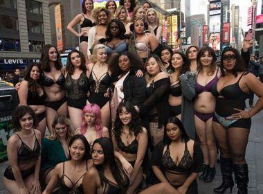 Mulheres marcham de lingerie na Times Square para protestar por moda mais inclusiva