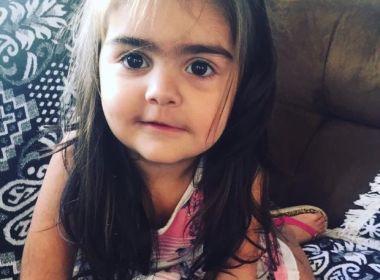 Designer de sobrancelhas, mãe sofre pressão para modelar as da filha de 2 anos
