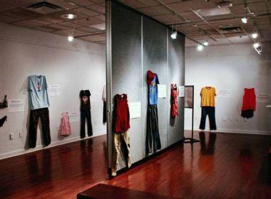 Exposição na Bélgica exibe roupas de vítimas de estupro