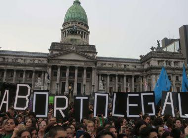 Mulheres fazem protesto a favor da legalização do aborto na Argentina