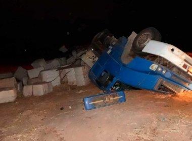Barreiras: Carreta com algodão tomba e cabine de motorista fica destruída