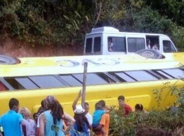 Porto Seguro: Ônibus com turistas tomba em barranco; três ficam feridos