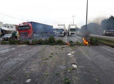Caminhoneiros interditam estradas na BA contra aumento de combustíveis e corrupção