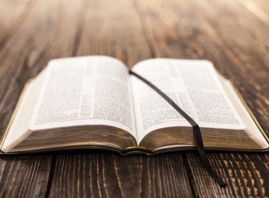 Porto Seguro: Justiça cobra explicações de prefeita sobre projeto de leitura da Bíblia