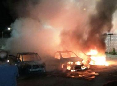 Santo Estevão: Grupo invade pátio da prefeitura, rende guarda e incendeia 12 carros