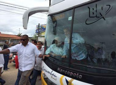 Com gritos de 'Lula lá, brilha uma estrela', ex-presidente chega a Cruz das Almas