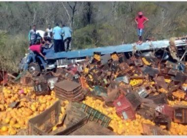Caminhão com carga de tangerinas tomba na BR-030, em Caetité