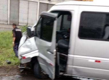 Mulher morre após colisão entre carro e van em avenida de Feira de Santana