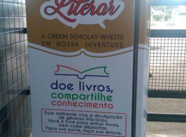 Buscando estimular a leitura, jovens instalam geladeira com livros na rodoviária de Teixeira