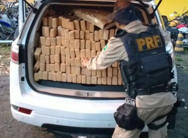 Feira: Homem foge de busca e PRF encontra 1 t de maconha dentro de carro roubado