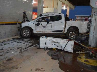 LEM: Adolescente perde controle de carro e invade posto de combustíveis