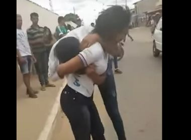 Belo Campo: Aluna é agredida e tem cabelo cortado por educadora em frente ao colégio