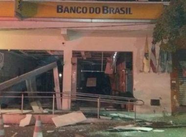 Araci: Quadrilha armada explode 2 agências e incendeia carros na fuga