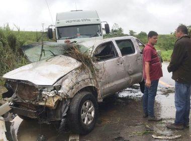 Chuvas e buracos na BR-101 causam capotamento de caminhonete em Itagimirim