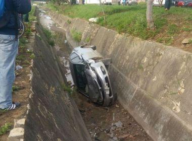Conquista: Motorista perde controle do veículo e cai em vala