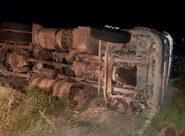 Maracás: Carreta tomba na BA-250; motorista fica preso a ferragens e é socorrido por PMs