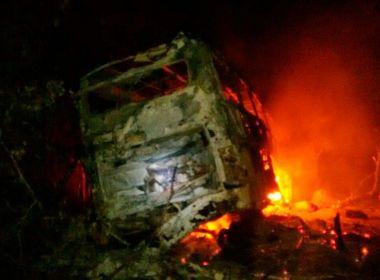 Milagres: Quatro ficam feridos após batida entre ônibus e carreta