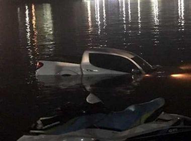 Ilhéus: Motorista tenta dar ré e faz carro cair na Baía do Pontal