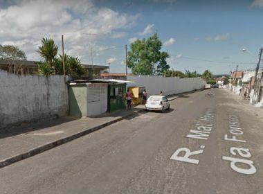 Simões Filho: Professora é atingida por faca após garoto arremessar objeto