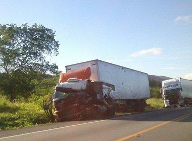 Sudoeste: Colisão entre van e carretas deixa 2 mortos na BR-116
