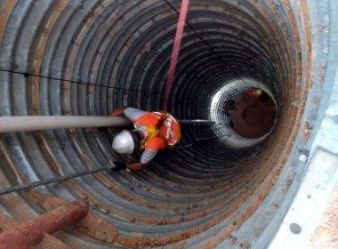 Força-tarefa cava 19 metros para retirar idoso; homem está a 25m de profundidade