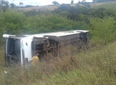 Ônibus tomba na BR 101 e deixa passageiros feridos
