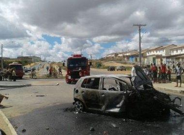 Moradores incendeiam carro após veículo bater em poste em Vitória da Conquista