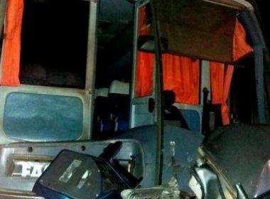 Casal e quatro filhos morrem em colisão com ônibus perto de Porto Seguro