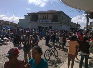 Aporá: Bandidos atacam agência e levam mulher como refém