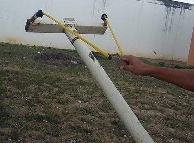 Jequié: Homens usam estilingue gigante para arremessar armas e bebida para presos