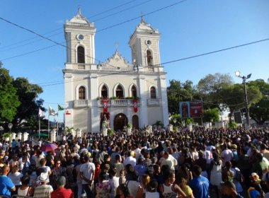 Feira: Católicos lotam ruas para reverenciar padroeira