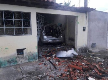 Veículo usado como 'carro-bomba' para invadir casa