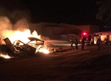 Conquista: Carro bate em muro, pega fogo, e motorista sai ileso