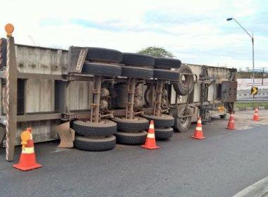 Feira: Carreta carregada de manga tomba em viaduto; veículo continua em local