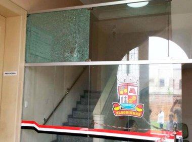 Alagoinhas: Prédios de prefeitura e policlínica são alvos de tiros