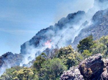 Rio de Contas: Incêndio em local de difícil acesso ameaça maior devastação de área