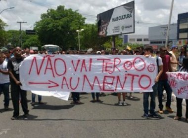 Camaçari: Moradores protestam contra aumento de salários de prefeito e vereadores